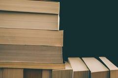 Books bakgrund Gammal tappning bokar bakgrund Utbildning och kunskap, lär, studie- och vishetbegreppet books den gammala bunten Arkivfoton