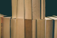 Books bakgrund Gammal tappning bokar bakgrund Utbildning och kunskap, lär, studie- och vishetbegreppet books den gammala bunten Arkivbilder