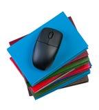 books datoren isolerade musen Arkivbild