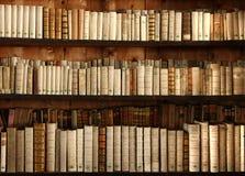 books den gammala hyllan Royaltyfri Fotografi