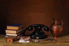 books den gammala telefonen Royaltyfria Bilder