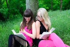 books flickor som läser deltagaren Royaltyfri Fotografi
