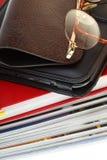 books isolerade stapelavläsaren för ebook den exponeringsglas Royaltyfria Foton