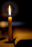 books isolerat gammalt för begrepp utbildning Stearinljus ljus med suddig bokbakgrund in Royaltyfri Fotografi