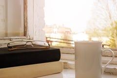 books kaffekoppen svart white Exponeringsglas Arkivfoton