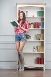 books kvinnan Royaltyfria Bilder