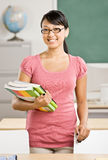 books lärare för klassrumkvinnligholdingen Royaltyfri Fotografi