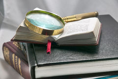 Books, magnifying glass Royalty Free Stock Photos
