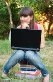 books sittande barn för flickabärbar dator Royaltyfri Fotografi