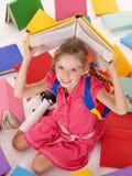 books skolan för flickaholdingstapeln arkivfoton