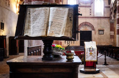 Bookstand met Latijns manuscript stock fotografie