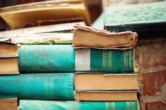 Bookstore drugi ręki książki, obubrzeżny przy kanałowym wejściem i overflooded kilka czasy rok obrazy stock