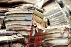 Bookstore drugi ręki książki, obubrzeżny przy kanałowym wejściem i overflooded kilka czasy rok fotografia royalty free