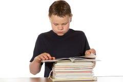 Bookworm che legge un mucchio dei libri Immagini Stock