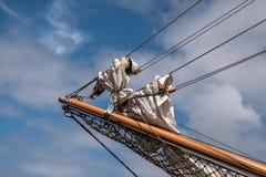 Boom de potence avec les voiles reefed sur l'arc d'un bateau de navigation historique Images libres de droits