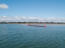 Boom del petróleo de Inflatible hacia la playa de Tauranga. Imagenes de archivo
