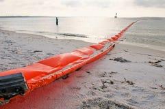 Boom del petróleo para proteger la playa