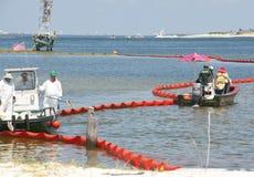 Boom del petróleo para proteger la playa Foto de archivo