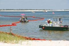 Boom del petrolio per proteggere spiaggia Immagini Stock
