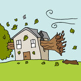Boom die op huis op een winderige dag vallen Stock Afbeeldingen