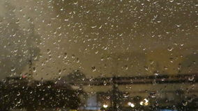 Boom die zich in een onweer bewegen stock footage