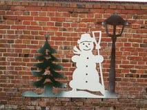 Boom en sneeuwman die de muur in Storkow verfraaien royalty-vrije stock fotografie