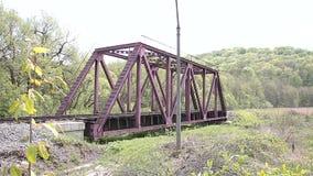 Boom en spoorwegbrug stock video