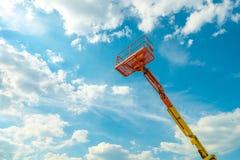 Boom met liftemmer zware machines stock foto