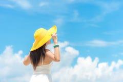 Boom op gebied Levensstijlvrouw die wit de zomerstrand van de kledingsmanier op het zandige oceaanstrand dragen De gelukkige vrou royalty-vrije stock afbeelding