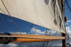 Boom und Segel auf einem hohen Segelschiff Stockfotos
