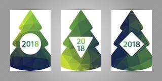 Boom van het Minimalistic de veelhoekige Nieuwjaar op witte achtergrond De kaart van de Kerstmisgroet met kleurrijke geometrische Stock Fotografie
