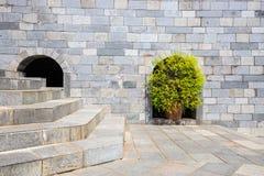 Boomdecor en de trede op de brickwallachtergrond Stock Afbeeldingen