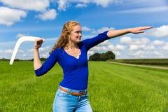 Boomerang di lancio della giovane donna olandese Fotografie Stock