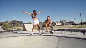 Boomerang sparato delle ragazze al parco del pattino stock footage