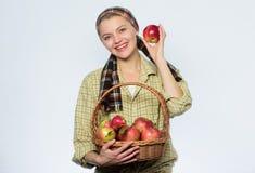 boomgaard, tuinmanmeisje met appelmand Organisch en vegetarisch Gezonde tanden vitamine en het op dieet zijn voedsel Gelukkige vr royalty-vrije stock afbeeldingen