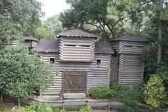 Boomhuis in bos stock afbeeldingen