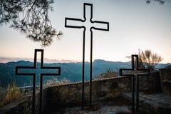 Boomkruisen in bergen Dit is het monument in Savoca-dorp, Sicilië, Italië royalty-vrije stock afbeeldingen