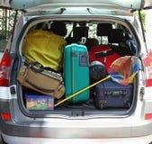 Boomstam van de auto met visnet en bagagezakken klaar voor Royalty-vrije Stock Foto's