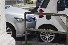 Boomstam van de bumper de scrathing auto op een parkeerterrein Brekende regels royalty-vrije stock fotografie