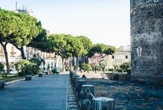 Boomsteeg dichtbij beroemd oriëntatiepunt Castello Ursino, oud kasteel in Catanië, Sicilië, Zuidelijk Italië royalty-vrije stock afbeelding