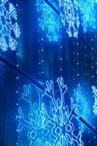 Bożonarodzeniowe światła dekoracja na budynek fasadzie w błękitnym brzmieniu Fotografia Royalty Free