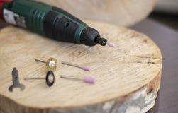 Boor roterend hulpmiddel met toebehoren, Dremel-hulpmiddelhoofden Multihulpmiddel op houten lijst in juwelierworkshop Sluit omhoo royalty-vrije stock afbeelding
