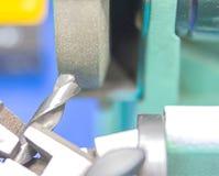 Boor scherpende machine door slijpsteen stock fotografie