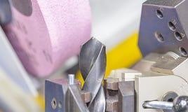 Boor scherpende machine door slijpsteen royalty-vrije stock afbeelding