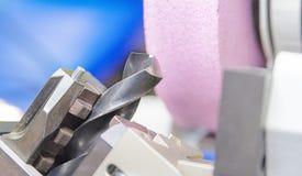 Boor scherpende machine door slijpsteen royalty-vrije stock afbeeldingen