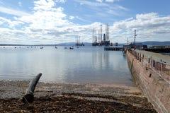 Boorplatforms die op het decomissioning in Cromarty-Firth wachten royalty-vrije stock foto