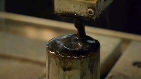 Boorstaal Vonkenvlieg in alle richtingen Van de elektrisch gereedschapbesnoeiing en boor vormen met olie of koelmiddel stock videobeelden