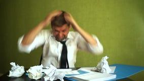 Boos beklemtoond zakenman het breken toetsenbord stock videobeelden
