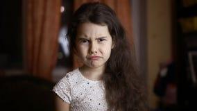 Boos de emotiegezicht van meisjeskrullen thuis vanavond stock footage