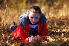 Boos gezicht van het meisje in de herfstpark Royalty-vrije Stock Fotografie